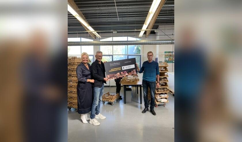 • De overhandiging van de gift voor de Voedselbank in Alblasserdam.