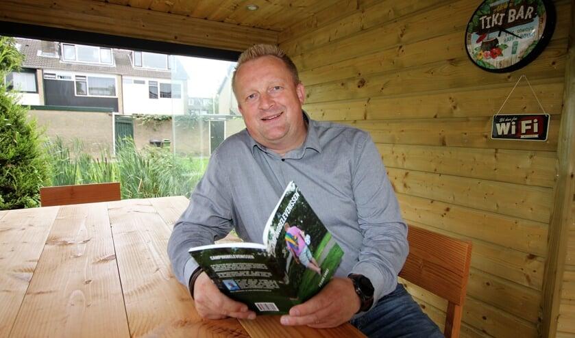• Frank Snoei met zijn boekje 'Campingbelevenissen'.