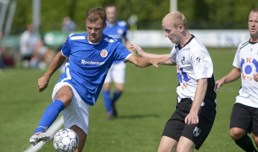 • Jesper van den Adel aan de bal in een vorige derby.