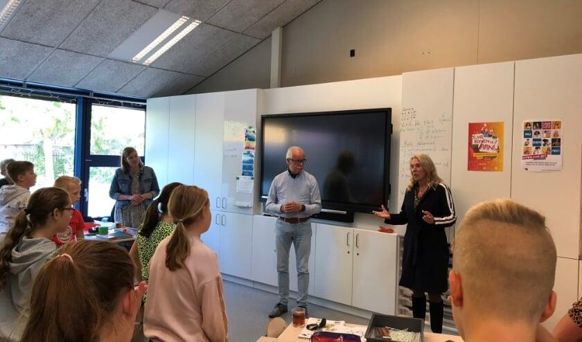 • De gastles in Giessenburg, met voor de klas links Arie Slob en rechts wethouder Lizanne Lanser.