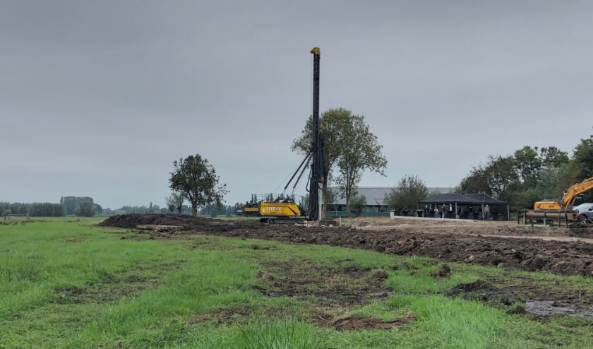 <p>&bull; Eerste paal voor een woningbouwproject aan de Lage Giessen in Hoornaar, eerder dit jaar.</p>