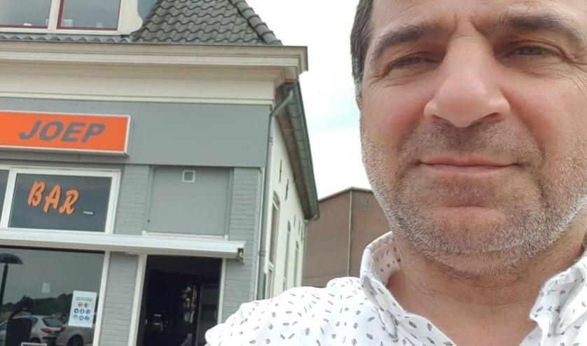 <p>&bull; Eigenaar Joep bij zijn gelijknamige caf&eacute;.</p>