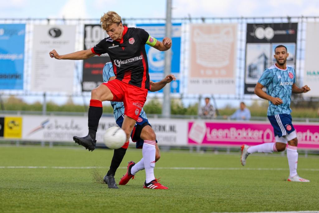 • Joran Schröder zet SteDoCo op 1-0 tegen Ajax AM. Foto: Rick den Besten  © regiosport
