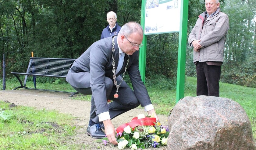 • Burgemeester Paans legt de bloemen bij de gedenktsteen.