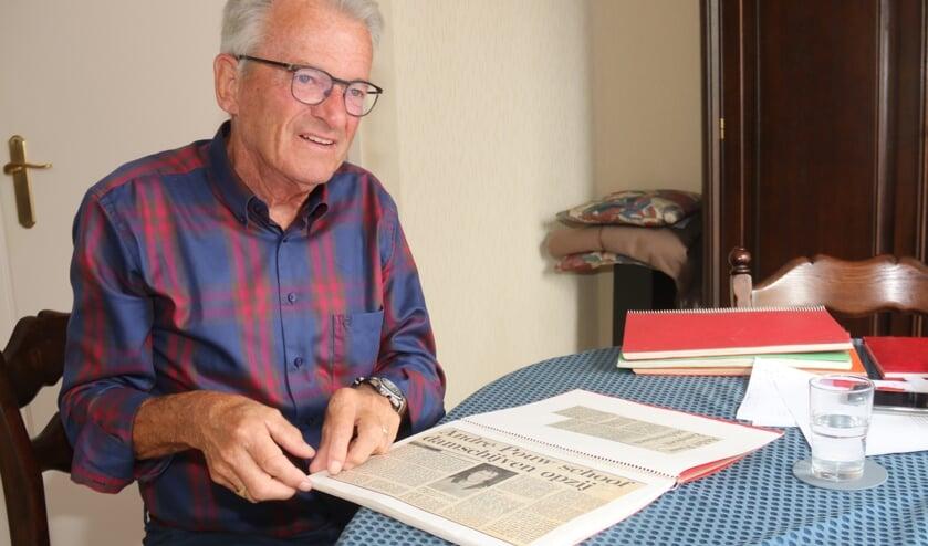 • Voorzitter Peter Migchielsen bekijkt oude plakboeken.