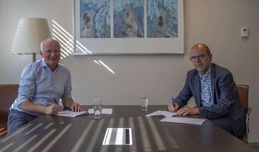 Peter van den Heuvel en Hans Tanis ondertekenen de haalbaarheidsovereenkomst.