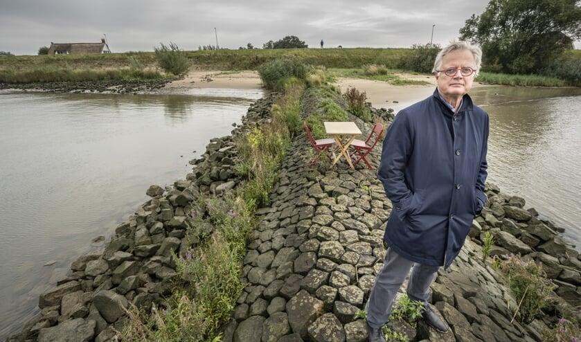 • Deltacommissaris Peter Glas op een krib in de Lek, met veilig achter de dijk een Nieuw-Lekkerlands huis.