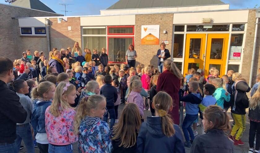 • Schoolkinderen van de Meester Vos bij de onthulling van de plaquette.
