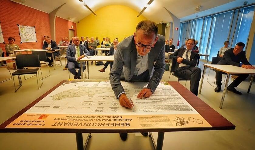 • Wethouder Johan Quik plaatst zijn handtekening onder het beheerconvenant Prachtlint.