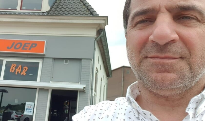 <p>• Eigenaar Joep bij zijn gelijknamige café.</p>
