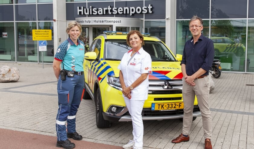 De drie 'typen' hulpverleners die vóór en achter de schermen bij een inzet van de 'Rapid HAG' betrokken zijn: v.l.n.r. ambulanceverpleegkundige Marjolijn Mellegers, HAP-triagiste Carla Veen en HAP-huisarts Gerwin Wildeboer.