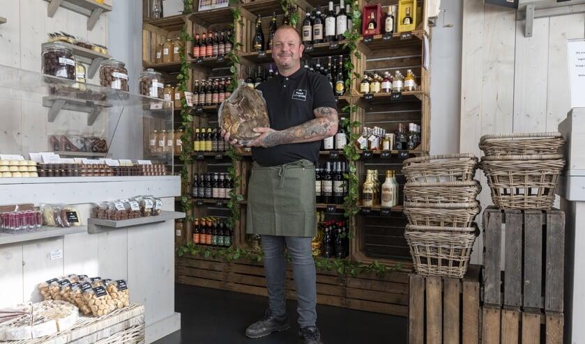 Cor Timmermans opent delicatessenzaak Puur Genieten in Wijk en Aalburg.