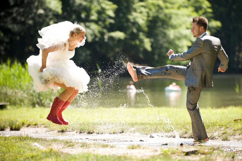 14615786 - bride and groom splashing water in the nature trash the dress Foto: afitz/123RF © Alblasserwaard