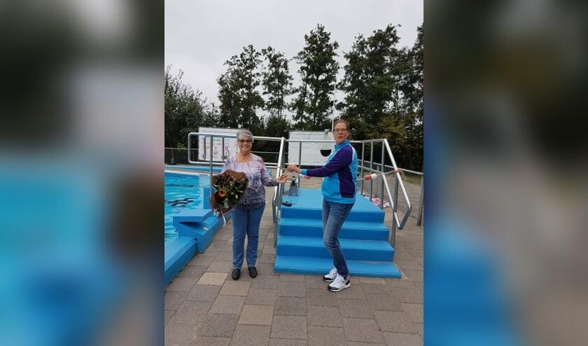 Janny van der Ham ontvangt de felicitaties van Jolanda van Hooijdonk van de Dompelaar.