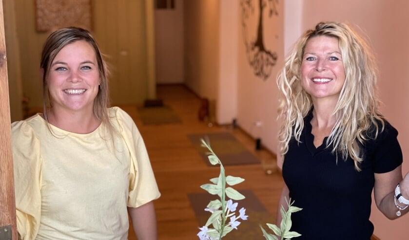 • Yogadocente Nikki van der Laan (l) en Kitty de Laet.