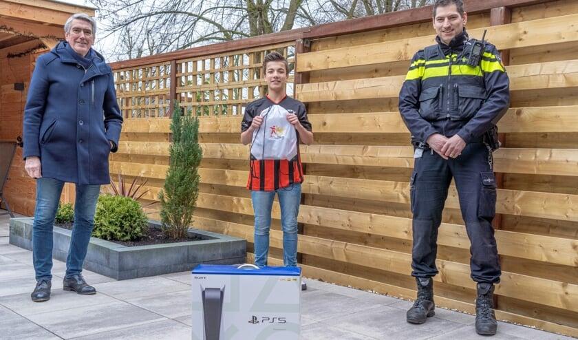 <p>• Stefan Kooper met wethouder Jongmans en politieagent Roel van de Groes.</p>