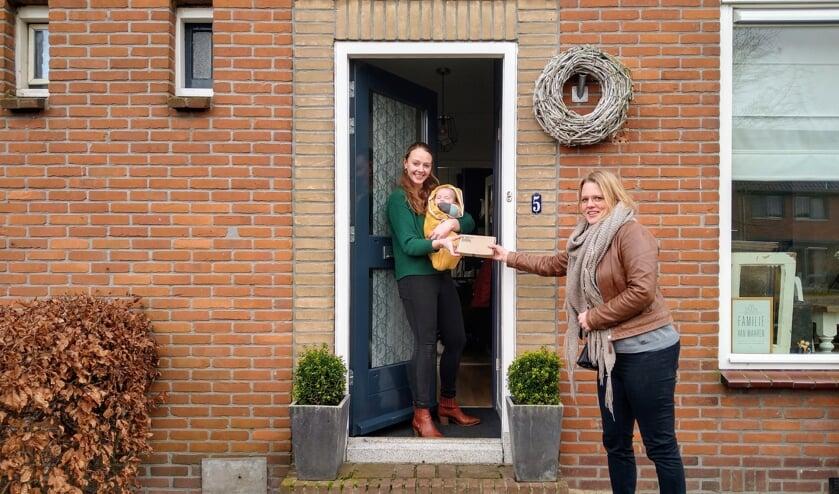 <p>• Lianne van der Velden bezorgt een gebak-box als verrassing bij een moeder met jonge kinderen die thuis-onderwijs geeft.</p>