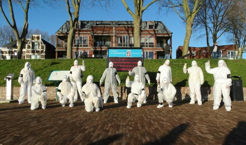 <p>&bull; De groep demonstranten &#39;Buiten de Veerpoort&#39;.</p>