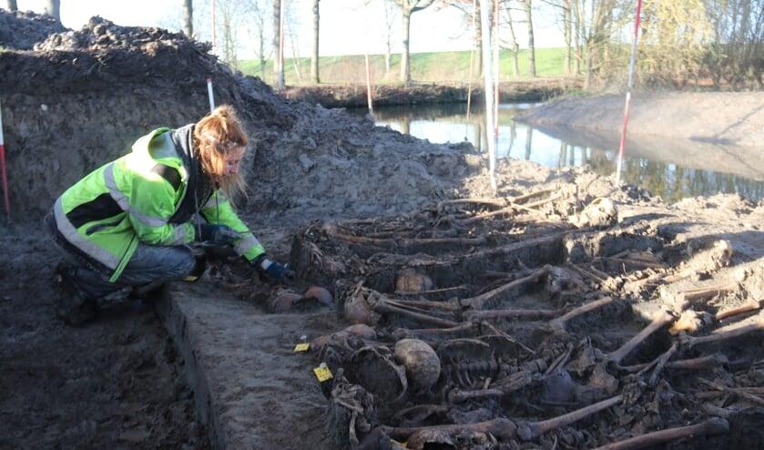 <p>&bull; Fysisch-antropoloog April Pijpelink onderzoekt de skeletten in Vianen.</p>
