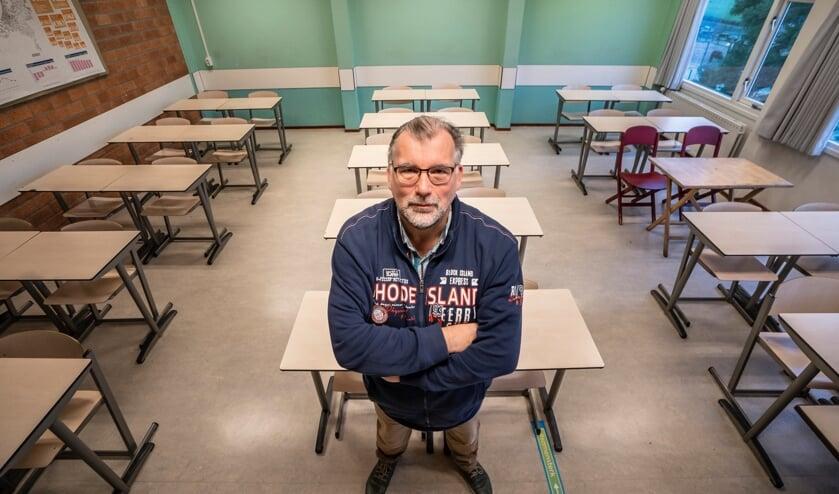 <p>&bull; Sjaak Kreeft in een, vanwege de lockdown, lege klas. Op zijn school brengt hij duurzame koplopers en minder groene denkers bij elkaar.</p>