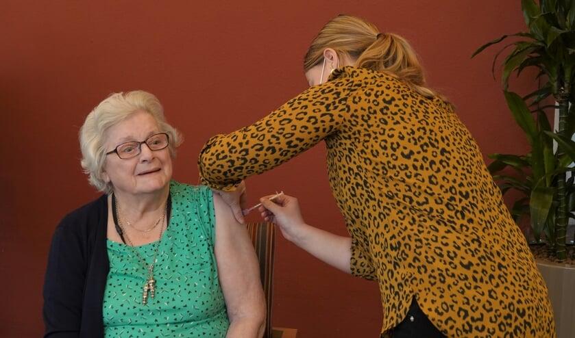 • De eerste prik bij een bewoonster van woon- en zorgcentrum Avondlicht.