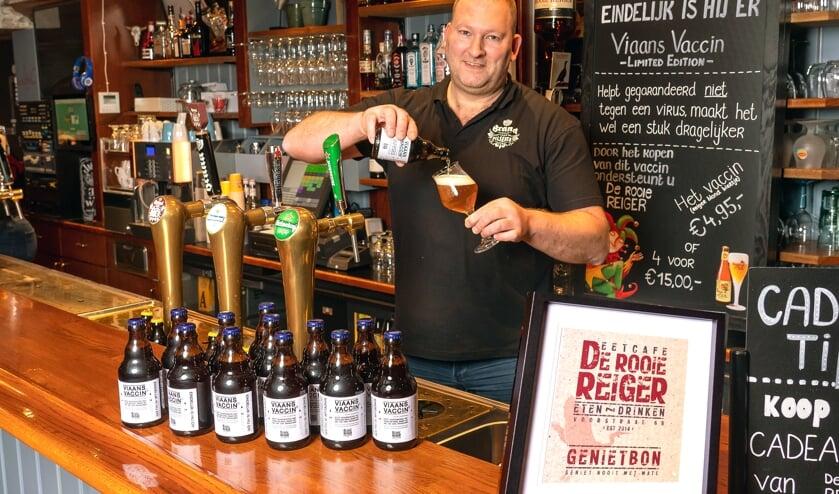 <p>• Herman Gleis schenkt het eerste glas Viaans Vaccin.</p>