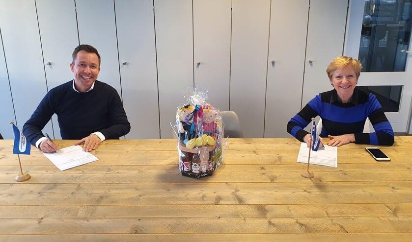 Coby van Dongen en Michael van Hoorne tekenen voor de samenwerking.