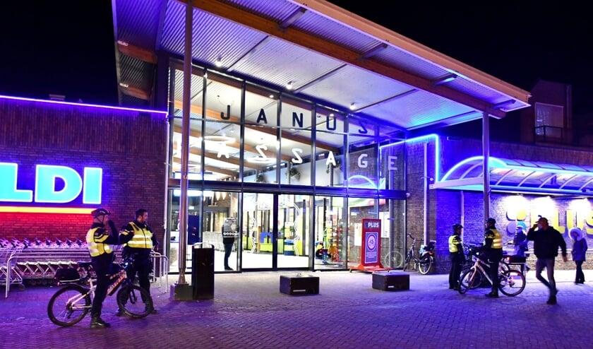 • Er is veel politie op de been op en rondom het Europaplein in Leerdam.