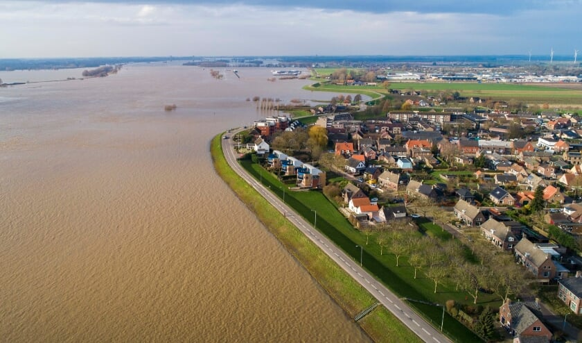 • Hoog water bij Ochten in Gelderland.