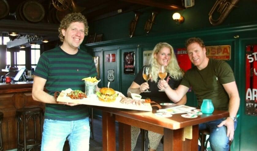 <p>Pieter de Bruin, Remy en Erik Vijverberg-de Bruin hopen dat ze hun gasten snel weer kunnen verwelkomen. (Foto: Lysette Verwegen)&nbsp;</p>