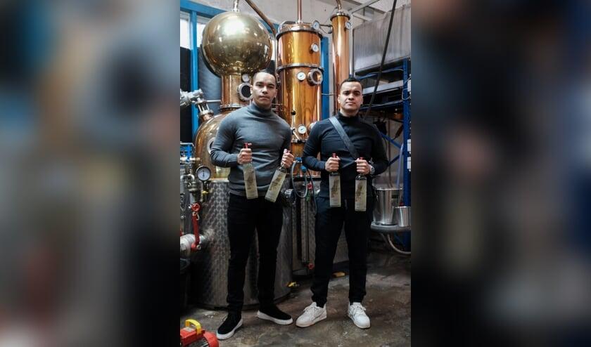 <p>&bull; Raymon Kruijs en Marchiano Sihasale in de distilleerderij.</p>