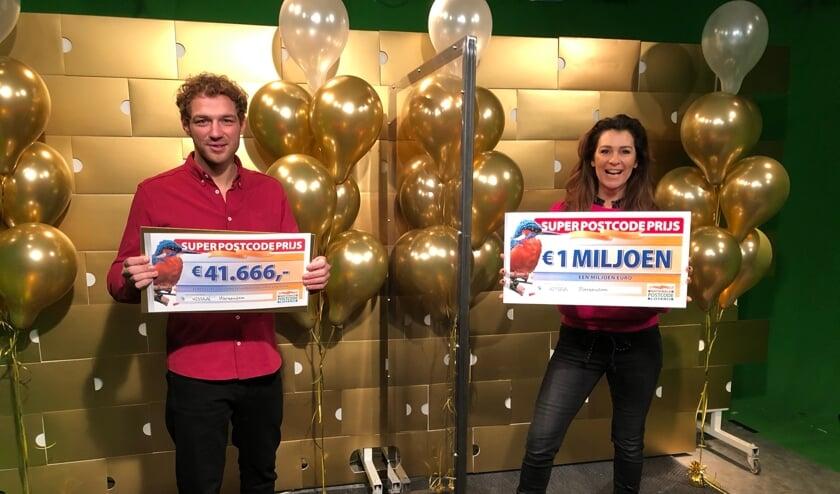 <p>Postcode Loterij-ambassadeur Quinty Trustfull en Jamie Trenité met de SuperPostcodePrijs-cheques.</p>