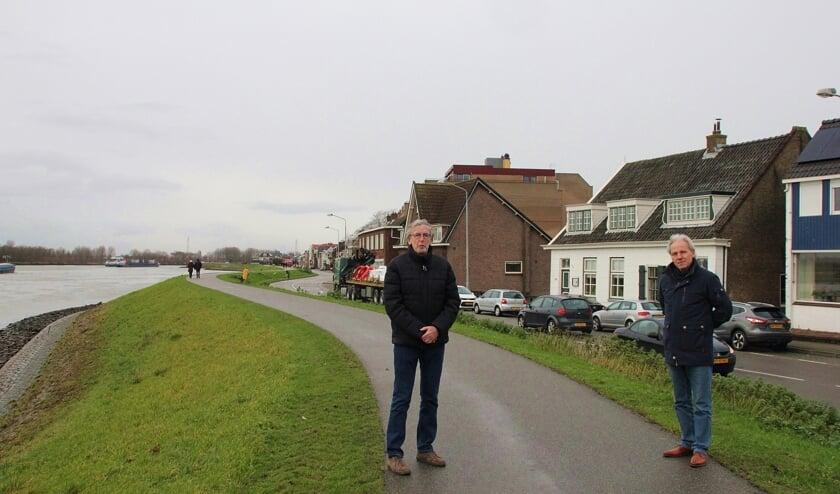 <p>• Riens Gort (links) en Bert Bouman op de dijk nabij de Pijlstoep.</p>