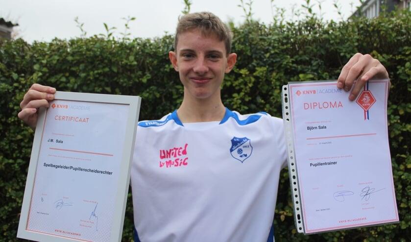 <p>• Marco Sala met zijn diploma en certificaat.</p>
