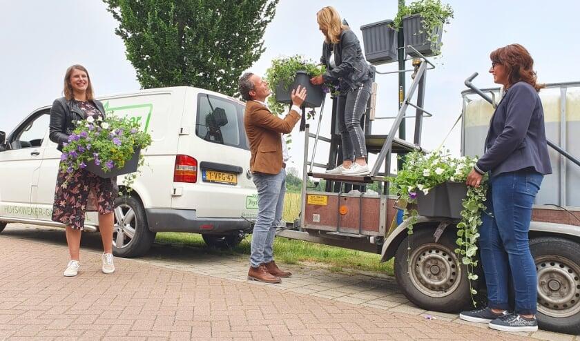 <p>&bull; Het ophangen van bloembakken in Hellouw was &eacute;&eacute;n van de inwonersinitiatieven in West Betuwe.</p>