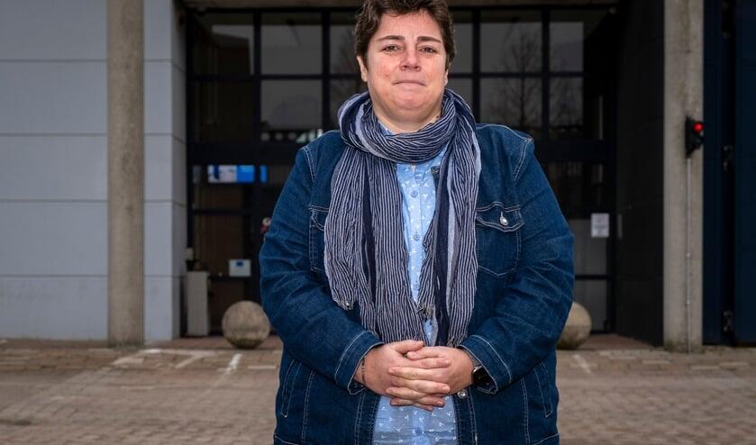 <p>&bull; Vestigingsdirecteur Nathalie Tonnon voor de entree van Penitentiaire Inrichting Krimpen aan den IJssel.</p>
