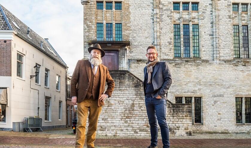 <p>• Stadsbeiaardier Boudewijn Zwart (l) met zijn collega Frank Steijns uit Maastricht voor het carillon van het stadhuis in Schoonhoven.&nbsp;</p>