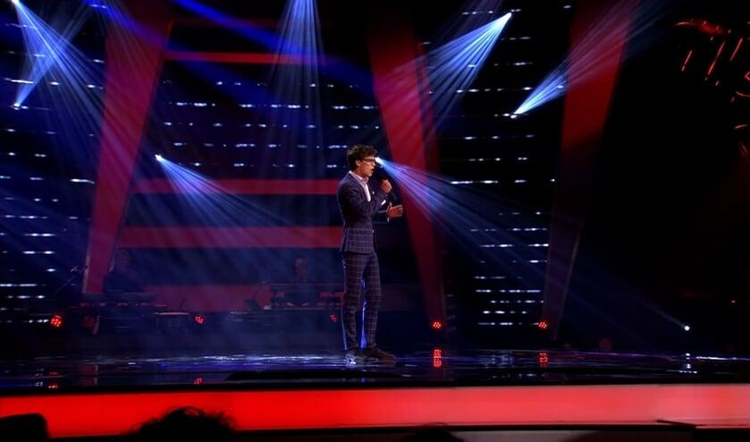• Maurice op het podium tijdens de blind auditions.