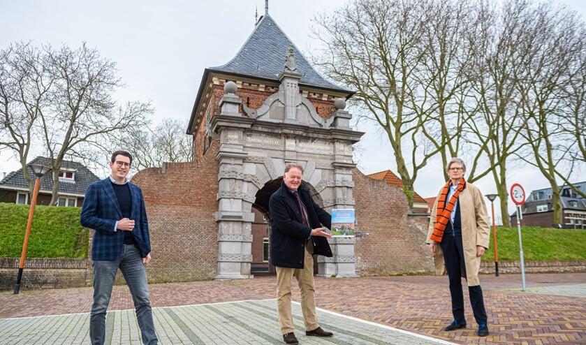 <p>&bull; V.l.n.r.: Bas Rechtuyt, burgemeester Roel Cazemier met het boek en Peter van der Zwaal.&nbsp;</p>