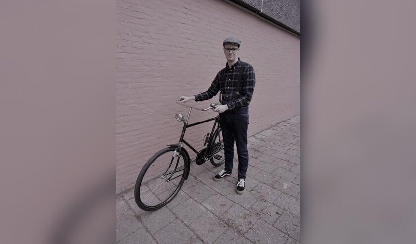 • Tobias Huurman met zijn fiets.