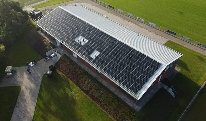 • Het dak van het clubgebouw van Everstein ligt vol zonnepanelen.
