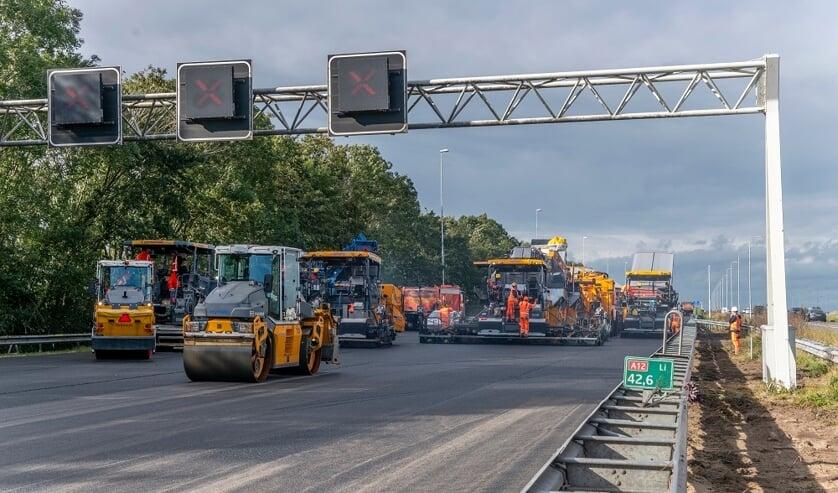 <p>&bull; Tussen Woerden en Nieuwerbrug is het asfalt over 4,5 kilometer over de volledige breedte vervangen door dubbellaags ZOAB.</p>