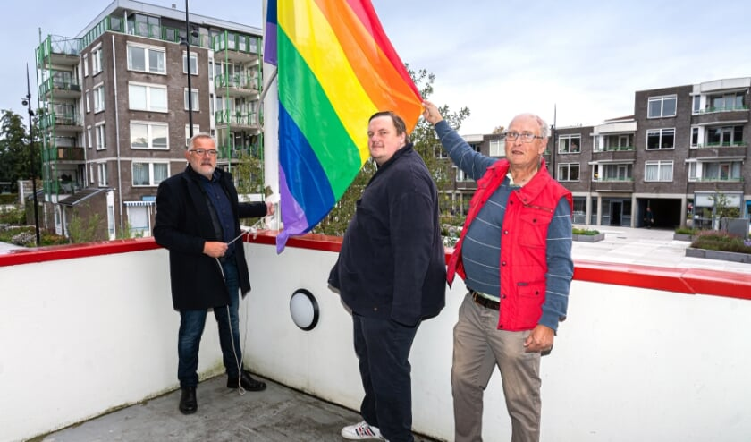 Wethouder Cees Taal van Vijfheerenlanden hijst samen met Maarten Venhovens van het COC Gorinchem de Regenboogvlag