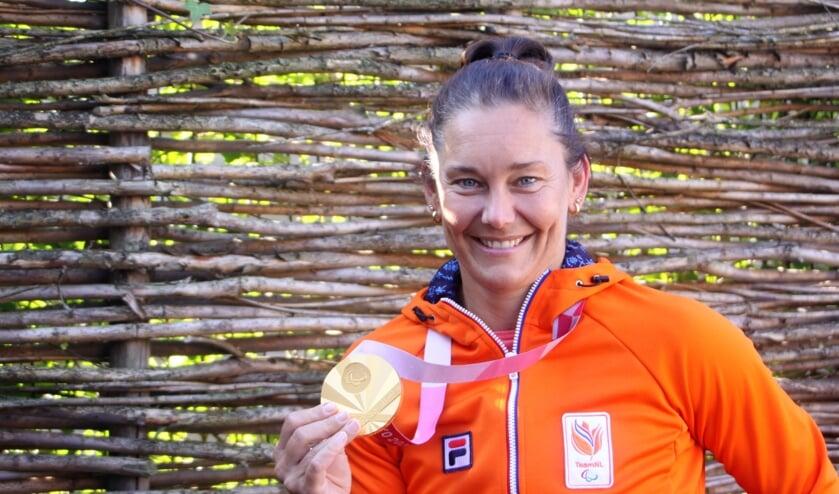 <p>De Beusichemse rolstoelbasketbalster Carina de Rooij met haar 530 gram wegende gouden Olympische medaille. &quot;Het begint me nu een beetje te dagen.&quot;</p>