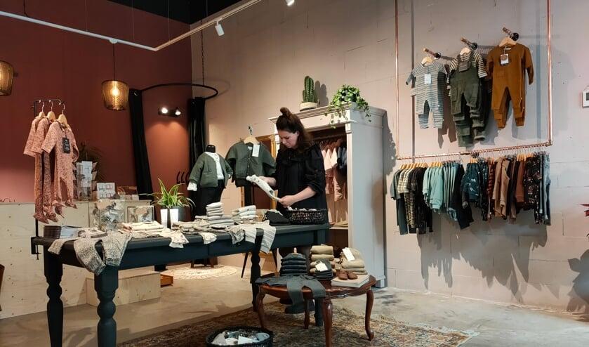 <p>&bull; Angelique van Roon in haar winkel Wolfje Kids.</p>