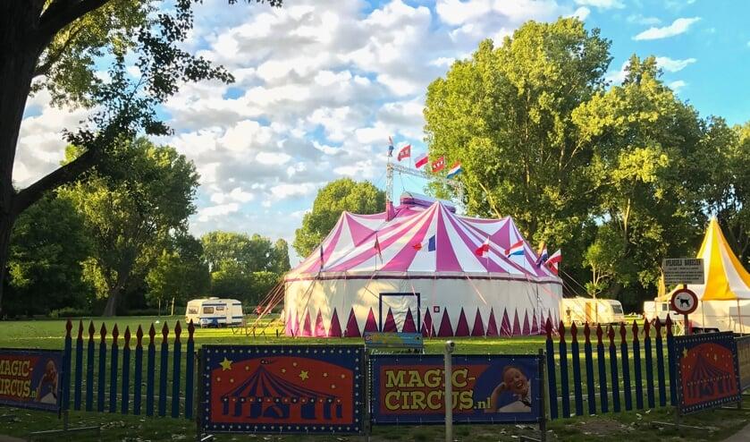 <p>&bull; Circustent van Magic Circus strijkt neer op het Exercitieveld in Woerden.</p>