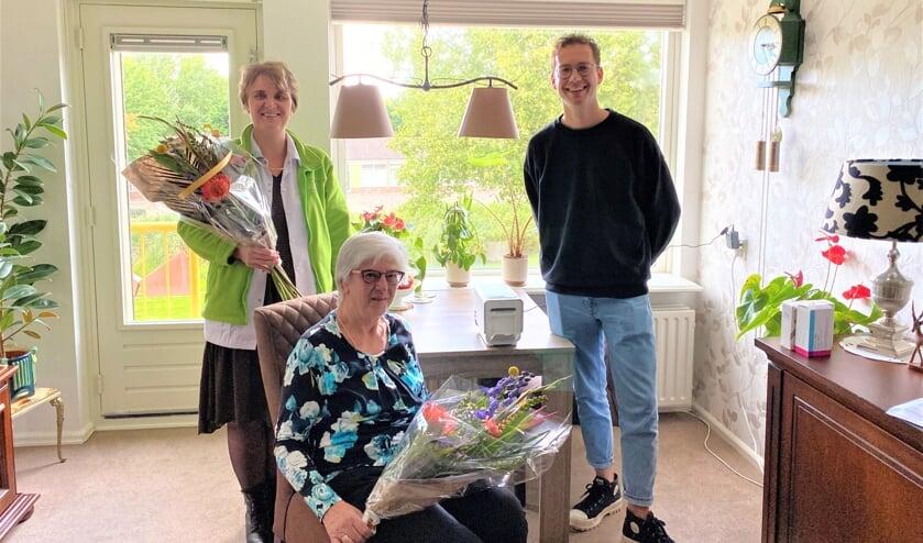 <p>• Wijkverpleegkundige Ester de Jong en mevrouw Trevisan-Niemantsverdriet werden door projectmedewerker Thomas van Sinderen in het zonnetje gezet vanwege deze mijlpaal.</p>
