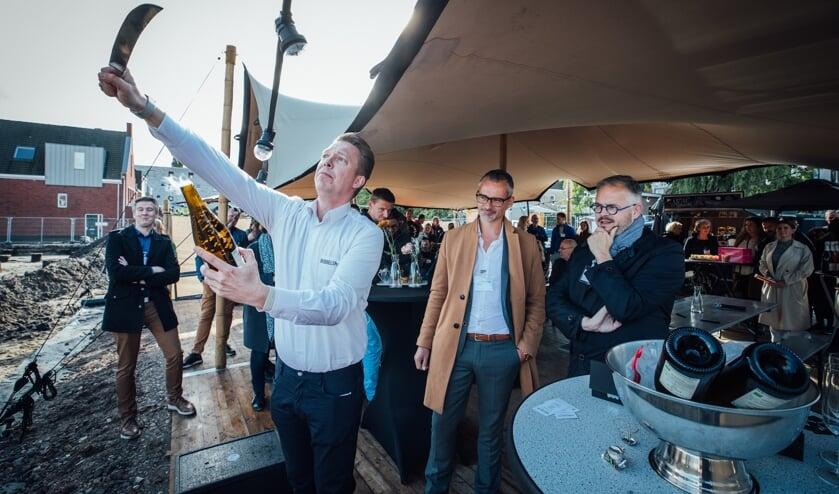 <p>In een vloeiende beweging sabreerde Stefan Wemmenhove een fles bubbels.</p>
