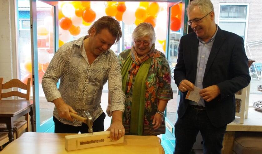 <p>• Lia Noorthoek en wethouder Arjan Noorthoek bekijken de openingsverrichting van Arjan Nihot.</p>