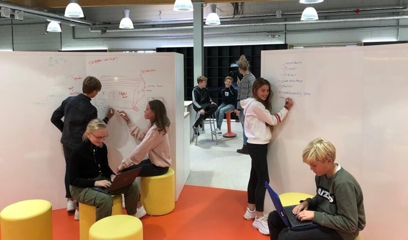• Leerlingen van het Minkema College druk aan het werk in de MakerSpace.
